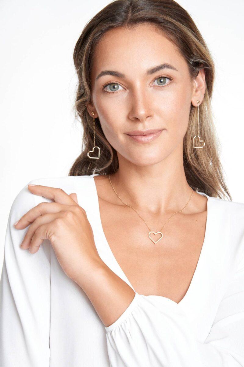 Chiara trägt VON KRONBERG PURE LOVE Collier und Ohrringe
