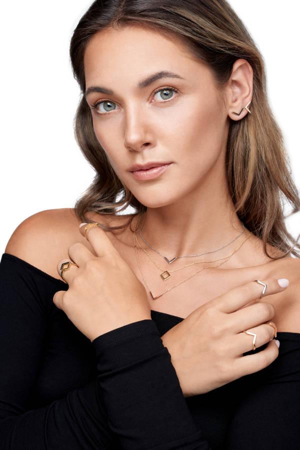 Chiara trägt VON KRONBERG PURE Colliers, Ringe und Ohrringe aus recyceltem nachhaltigem Gold