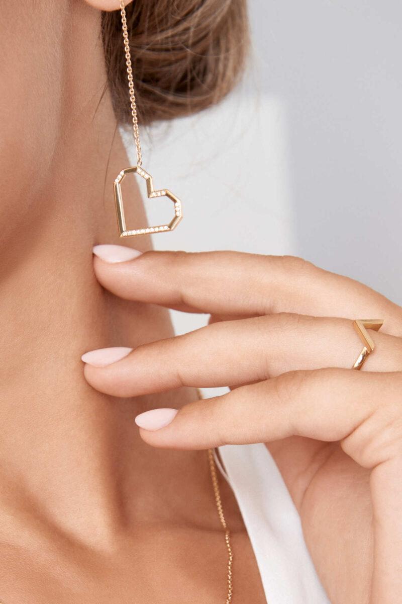 Chiara trägt VON KRONBERG PURE LOVE Ohrringe und VICTORY Ring
