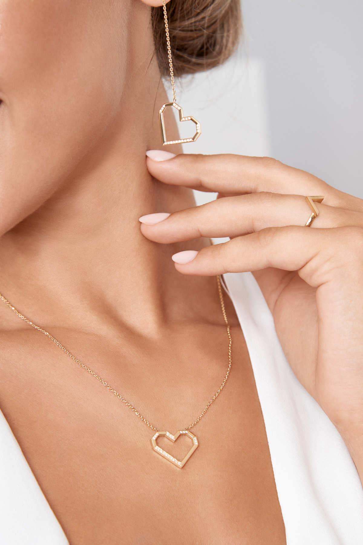 Chiara trägt VON KRONBERG PURE LOVE Collier und Ohrringe und VICTORY Ring